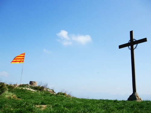 Flag, cross and triangulation point on the site of the Castell de Gurb