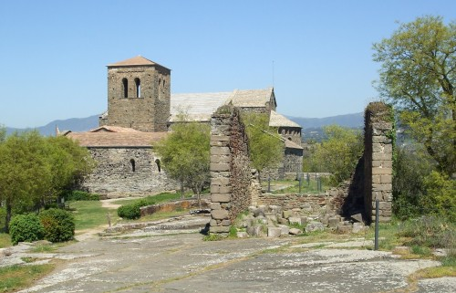 Sant Pere de Casserres and ruins of an outbuilding to its south