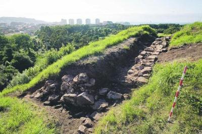 Wall exposed by the 2012 excavations at the castle of Gauzón, Castrillón, Asturias.