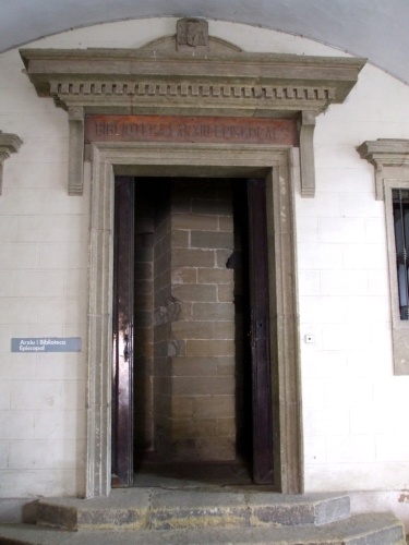 Entrance to the Arxiu i Biblioteca de Vic