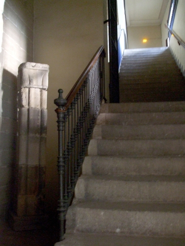 Stairs leading to the door of the Arxiu i Biblioteca de Vic, with remains of the Romanesque cathedral on display