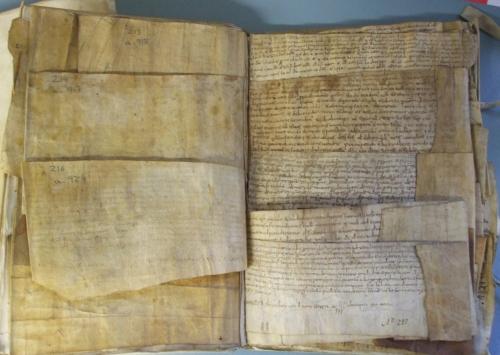 Volum 1 of Calaix 6, Arxiu Capitular de Vic, open to show internal arrangement