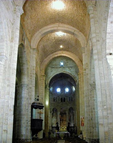 View down the nave towards the altar of St-Pierre de Beaulieu en Limousin