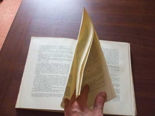 Splayed pages of an uncut copy of Federico Udina Martorell's El Archivo Condal de Barcelona en los siglos IX-X: estudio crítico de sus fondos, Textos 18 (Barcelona 1951)