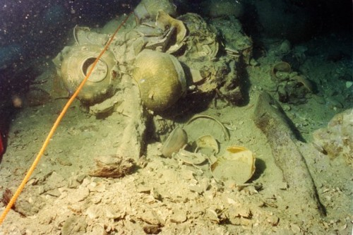 Chinese pottery at the top of the yet-to-be-excavated Belitung shipwreck in 1998