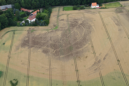 Crop-marks clearly showing a fortress, supposedly the Slavic fortress of Gana, at Hof-Stauchitz