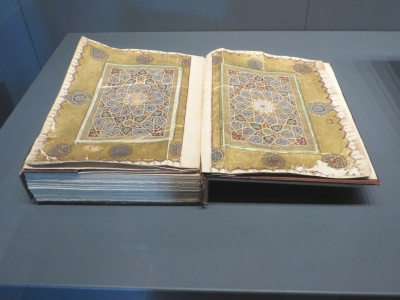 Coloured pages from a Persian manuscript of the Qur'ān in the İstanbul Arkeoloji Müzeleri