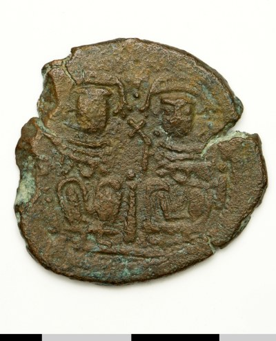 Obverse of a copper-alloy follis struck at Jerash in 636-698, Washington DC, Dumbarton Oaks Library and Collection, BZC.2004.34, showing an emperor and empress enthroned